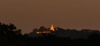Templo tailandés en la iluminación de la noche Fotos de archivo