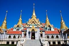 Templo tailandés en la montaña Foto de archivo