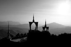Templo tailandés en las montañas en blanco y negro Foto de archivo libre de regalías