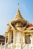 Templo tailandês com o céu azul foto de stock royalty free
