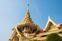 Templo tailandês com o céu azul fotos de stock