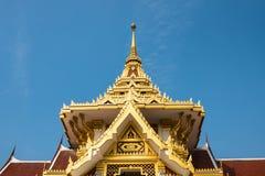 Templo tailandês com o céu azul foto de stock