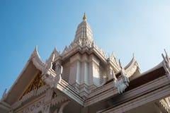 Templo tailandês com o céu azul fotos de stock royalty free