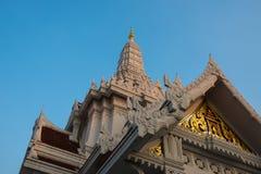 Templo tailandês com o céu azul fotografia de stock