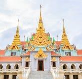 Templo tailandês com pagode dourado Fotos de Stock Royalty Free