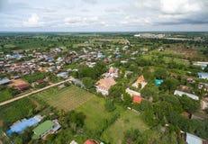 Templo tailandês da fotografia aérea no campo em Tailândia imagens de stock