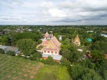 Templo tailandês da fotografia aérea no campo em Tailândia fotografia de stock