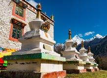 Templo tibetano en la montaña de cuatro muchachas Fotos de archivo