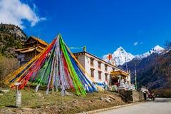 Templo tibetano en la montaña de cuatro muchachas Foto de archivo libre de regalías