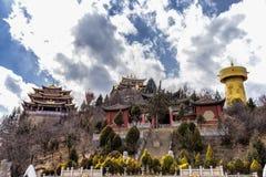 Templo tibetano en la montaña de la tortuga en el La de Shangri, Yunnan, China Foto de archivo libre de regalías