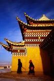 Templo tibetano y rezos Imágenes de archivo libres de regalías