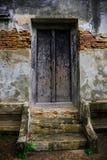 Templo velho da porta e da parede em Tailândia Fotos de Stock