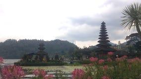 Templo velho de Ulun Danu no lago Beratan, Bali video estoque