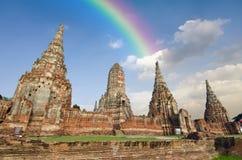 Templo velho do pagode de buddha com o céu e o arco-íris brancos nebulosos em Ayuthaya Tailândia Fotos de Stock Royalty Free