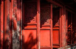 Templo vermelho do filho de Ngoc das portas no lago Hoan Kiem, Hanoi, Vietname Fotografia de Stock