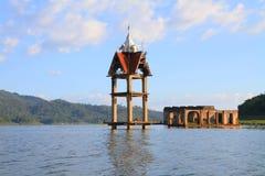 Templo viejo en el río Foto de archivo