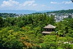 Templo y bosque japoneses Fotografía de archivo libre de regalías