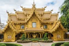 Templo y charca de oro de Wat Rong Khun The Abstract con los pescados, en Chiang Rai, Tailandia Foto de archivo libre de regalías
