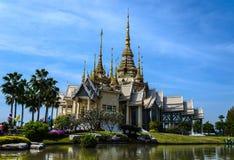 Templo y cielo azul en thaialnd Imagen de archivo