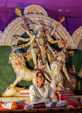 Templo y sacerdote indios, adoración hindú Fotografía de archivo