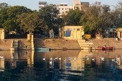 Templos amarelos e construções hindu no banco do ghat do yamuna em Deli imagens de stock