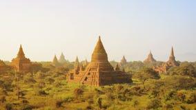 Templos antiguos en la puesta del sol, Bagan, Myanmar almacen de video