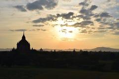 Templos antiguos en la puesta del sol, Mandalay, Myanmar de Bagan Foto de archivo