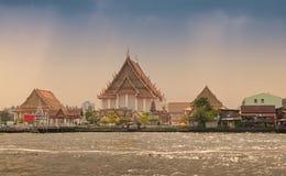 Templos ao longo do rio de Chao Phraya Fotografia de Stock Royalty Free