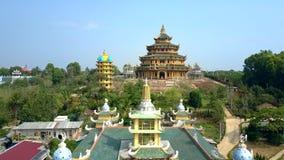Templos budistas grandes de la visión aérea con la pagoda almacen de video