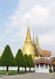 Templos budistas na área grande do palácio Fotos de Stock Royalty Free
