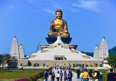 Templos chinos y estatua de oro de Buda Foto de archivo libre de regalías