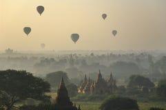Templos de Bagan com o balão de ar quente. Myanmar (Burma) Imagem de Stock
