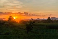 Templos de Bagan en una puesta del sol hermosa foto de archivo libre de regalías