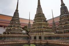 Templos de surpresa em Banguecoque Tailândia imagens de stock