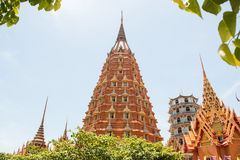 Templos de Wat Tham Seua, tailandeses e chineses Foto de Stock Royalty Free