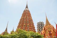 Templos de Wat Tham Seua, tailandeses y chinos Imagen de archivo libre de regalías