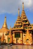 Templos del complejo de la pagoda de Shwedagon, Rangún, Myanmar Imágenes de archivo libres de regalías