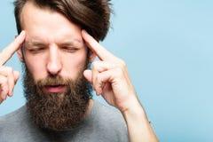 Templos del hombre de la tensión emocional del cansancio del dolor de cabeza imágenes de archivo libres de regalías