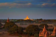 Templos iluminados de Bagan no crepúsculo Imagem de Stock