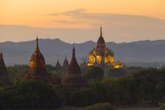 Templos iluminados de Bagan no crepúsculo Imagem de Stock Royalty Free