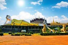 Templos tailandeses, estatuas grandes de Buda imagen de archivo