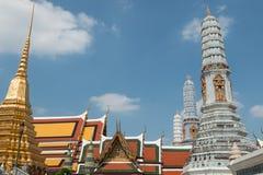 Templos y stupa de oro dentro del palacio magnífico en Bangkok, Tailandia, hogar de la familia real tailandesa Fotografía de archivo