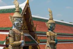 Templos y stupa dentro del palacio magnífico en Bangkok, Tailandia, hogar de la familia real tailandesa Fotos de archivo