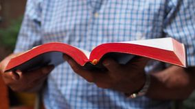Tempo à Bíblia Sagrada imagem de stock royalty free