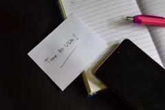 Tempo à palavra dos EUA escrita no papel O tempo aos EUA text no manual de instruções, conceito preto do fundo imagem de stock royalty free
