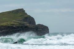 Tempo áspero, praia de Whipsiderry, Porth, Newquay, Cornualha imagens de stock royalty free