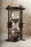 Tempo é dinheiro. Ampulheta antiga. Imagem de Stock