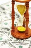 Tempo é dinheiro com notas do dólar imagens de stock