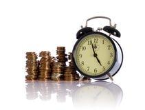 Tempo é dinheiro, conceito com moedas britânicas Fotografia de Stock Royalty Free