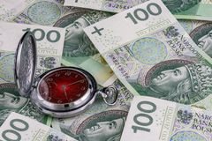 Tempo é dinheiro, lustre 100 cédulas do zloty com pulso de disparo tradicional Fotografia de Stock Royalty Free